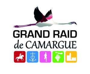 """Logo du Grand Raid Camargue, on y voit un flamand rose en vol, en dessus il y a écrit """"Grand Raid de Camargue"""" et puis en dessous il y a 5 images représentant la course. Un homme sur un cheval, la croix de camargue, un coureur, une grappe de raison et les remparts."""