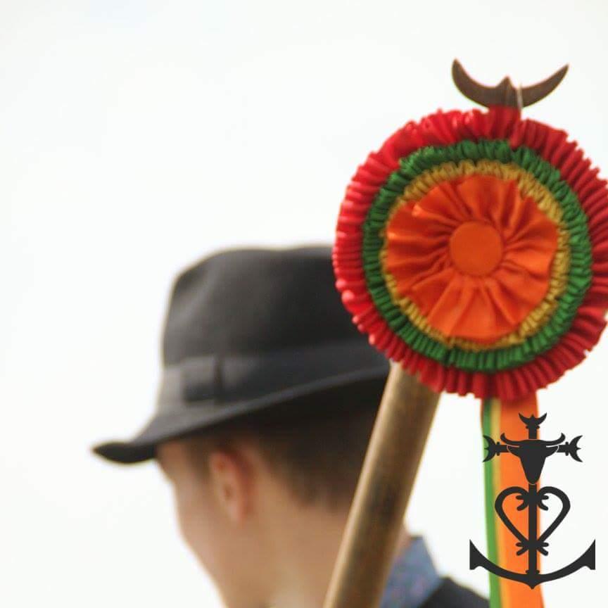 Manadier avec un trident et un garot et l'emblème de la manade