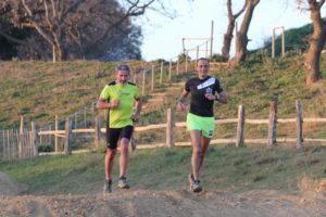Deux coureurs sur un terrain de cross