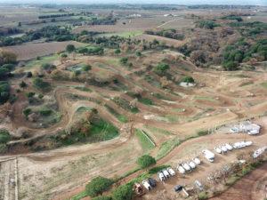 Terrain de moto sur lequel les coureurs vont courir